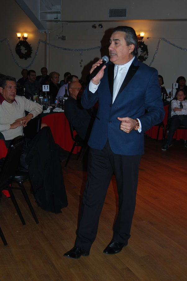 Jorge-Quinn-singing-at-show-in-la